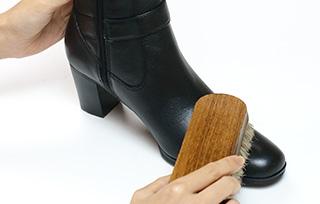 靴全体のブラッシング<