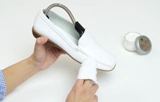 靴クリームの塗布