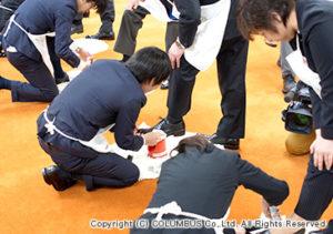 次は、新入社員が靴を磨きます。 初めは上手く磨けませんが先輩社員のサポートもあって無事に終了しました。