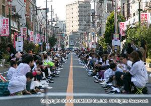 約800人の人達が一斉に靴をみがく様は圧巻。