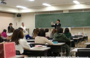 湘北短期大学 総合ビジネス学科『「身だしなみ」の文化とビジネス』 講義内にて、約70名の学生にシューケア方法を伝授! 『シューケア特別講義』を実施いたします。