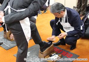 まずは先輩社員が新入社員の靴をみがいてコツやポイントを教えます。
